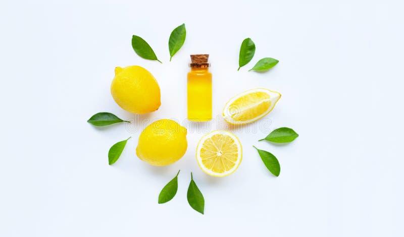 Aceite esencial con el lim?n en blanco imagenes de archivo
