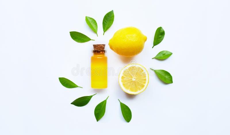 Aceite esencial con el lim?n en blanco imagen de archivo