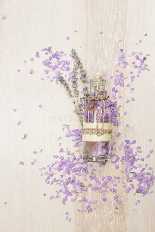Aceite esencial de la lavanda en una botella de cristal fotos de archivo