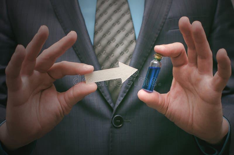 Aceite esencial de la píldora azul en las manos masculinas Opción correcta de medicamentos fotos de archivo libres de regalías