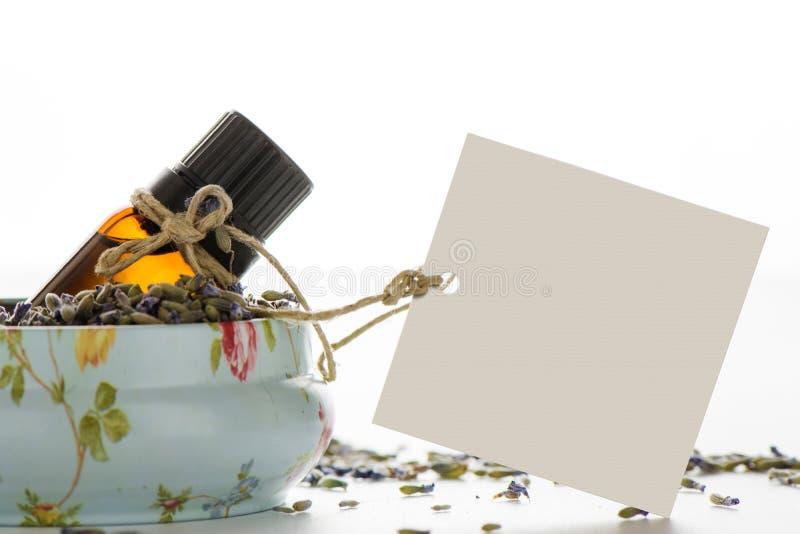 Aceite esencial, Empty tag dentro de una lata del vintage, y flujo de la lavanda fotografía de archivo libre de regalías