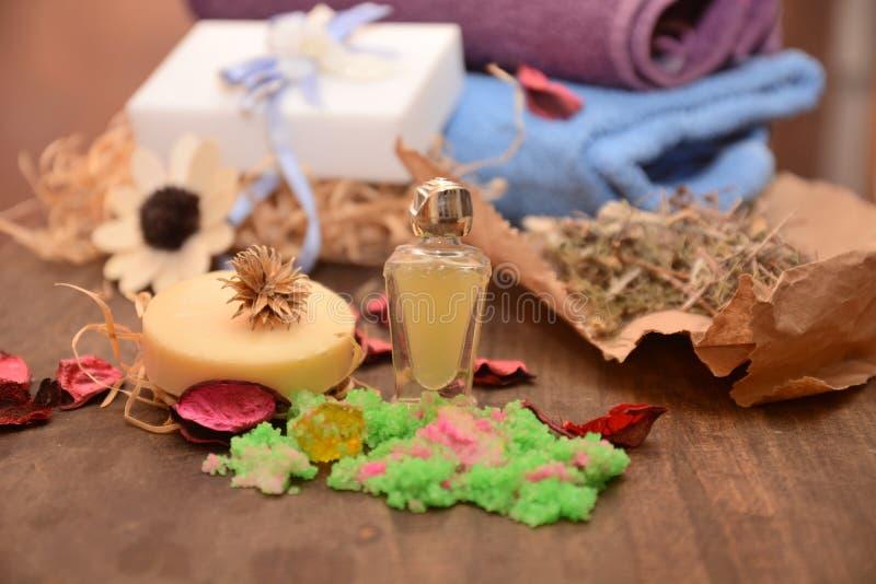 Aceite esencial y jabón hechos a mano para el baño de la sal de las hierbas y de las flores de la salud del cuerpo imagen de archivo libre de regalías