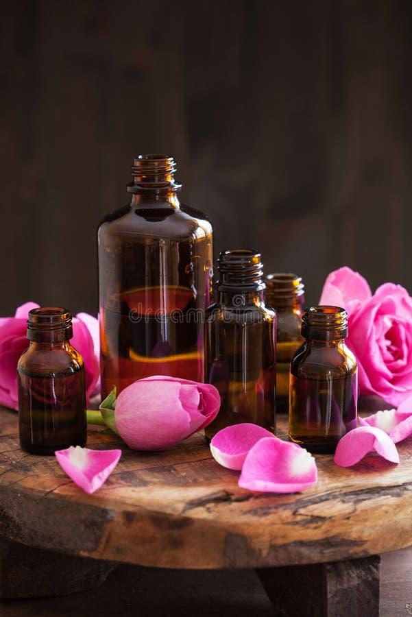 Aceite esencial y perfumería color de rosa del balneario del aromatherapy de las flores foto de archivo