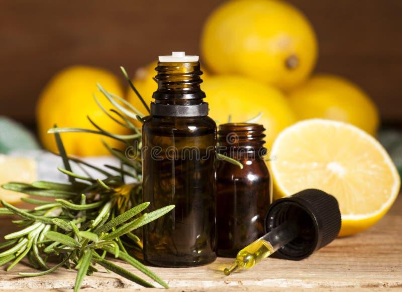 Aceite esencial y romero del limón fotos de archivo