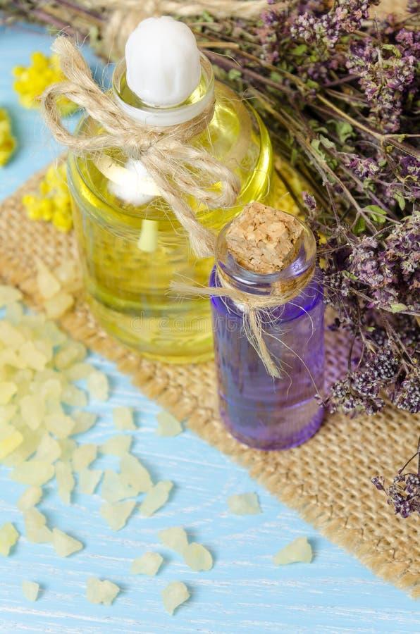 aceite para el aromatherapy hecho en casa con las flores secas fotografía de archivo libre de regalías