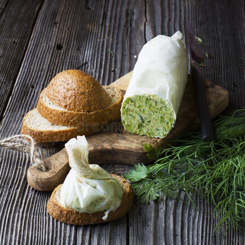 Aceite verde con las hierbas estacional fresco de la barra hecha en casa cremosa de la mantequilla imágenes de archivo libres de regalías