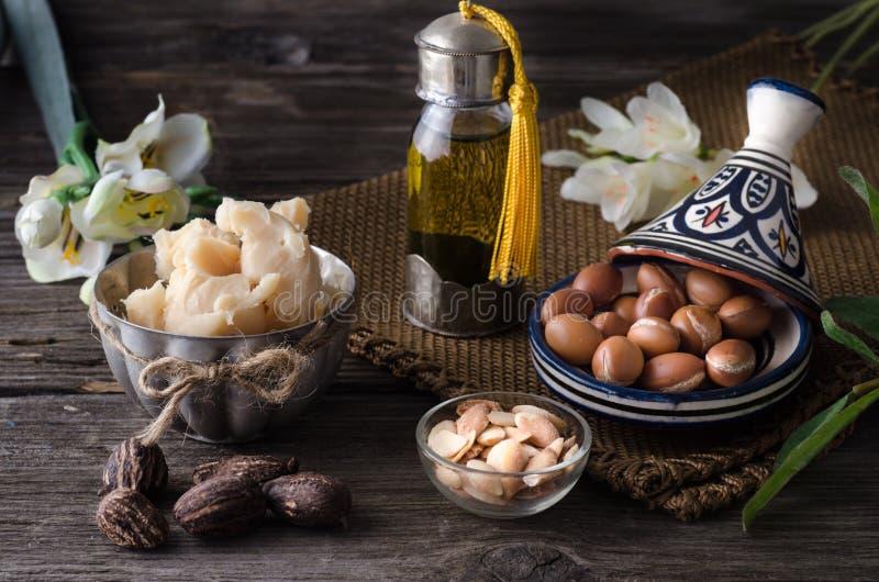 Aceite y frutas del Argan con mantequilla y nueces de mandingo fotos de archivo libres de regalías