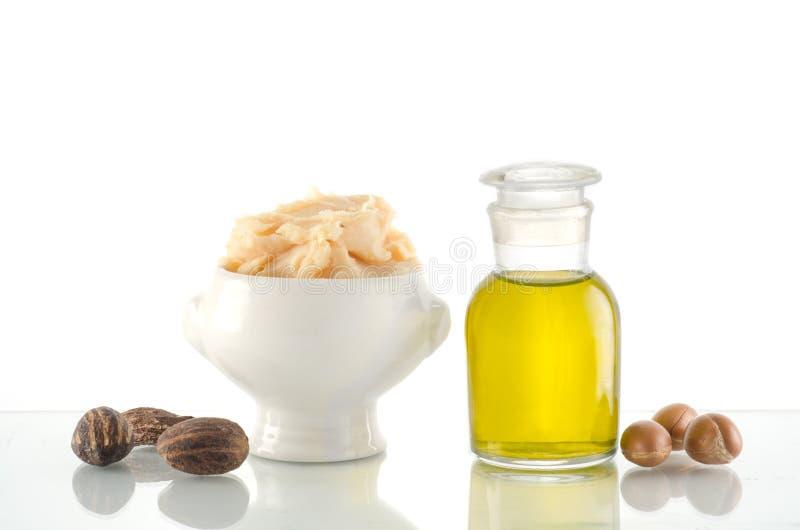 Aceite y frutas del Argan con mantequilla y nueces de mandingo imagen de archivo libre de regalías