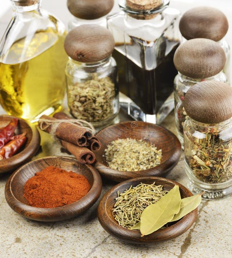 Aceite y vinagre de cocina de las especias fotografía de archivo