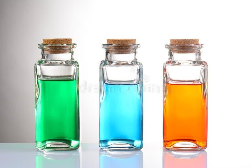 Aceites esenciales en botellas del boticario con los tapónes del corcho foto de archivo