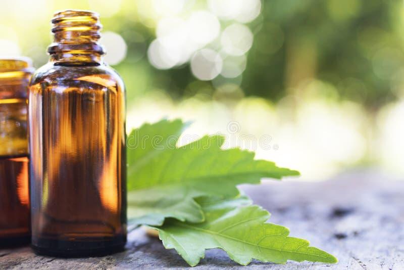 Aceites naturales del masaje fotos de archivo