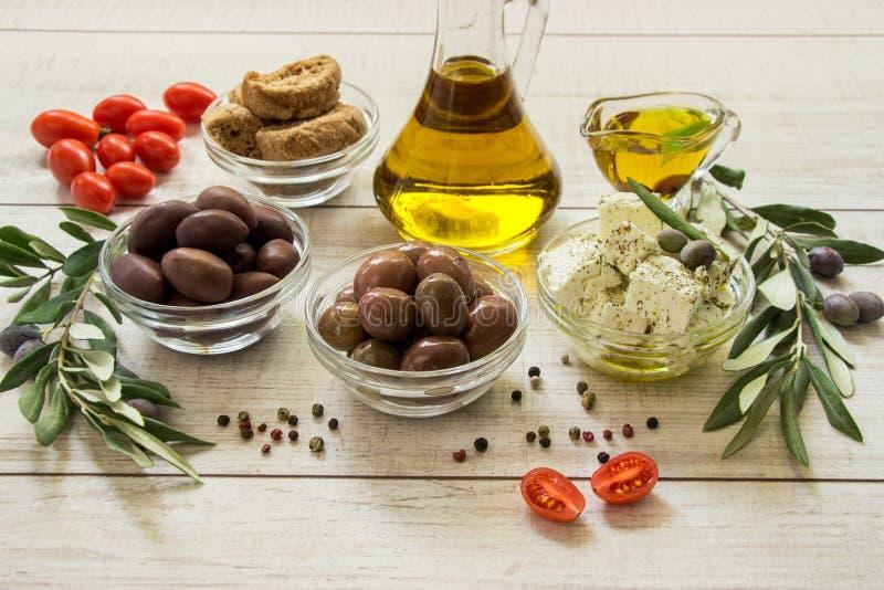 Aceitunas, aceite de oliva, queso feta imagenes de archivo