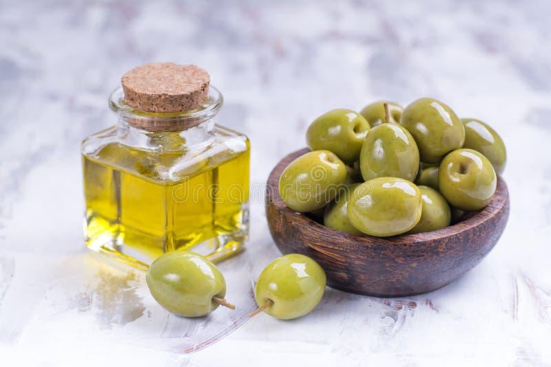 Aceitunas con aceite de oliva imágenes de archivo libres de regalías