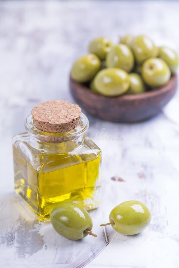 Aceitunas con aceite de oliva fotos de archivo libres de regalías