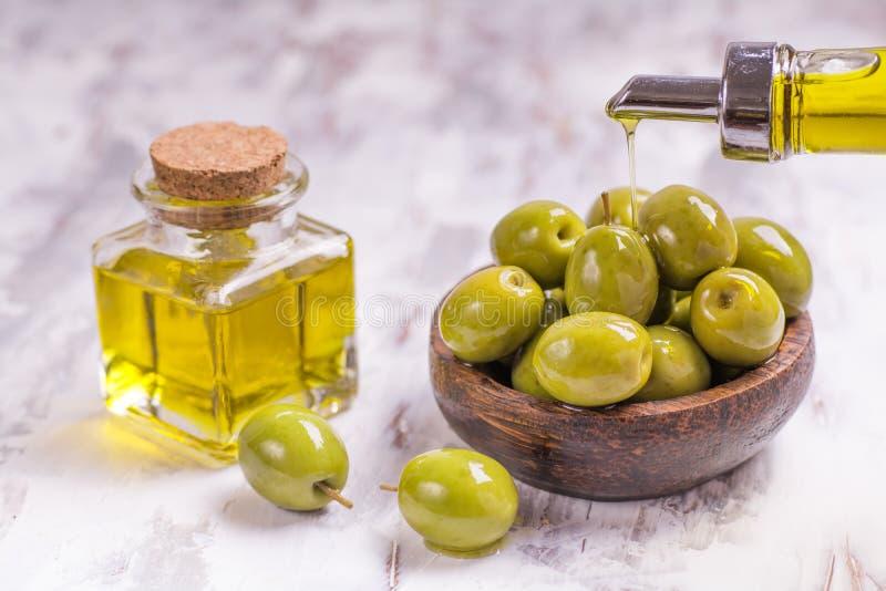 Aceitunas con aceite de oliva fotos de archivo