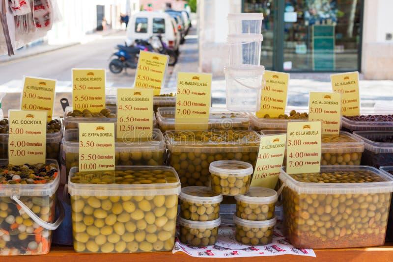Aceitunas conservadas en vinagre para la venta en un mercado local en Esporles, Mallorca, España fotos de archivo