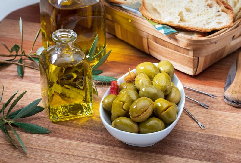 Aceitunas del artesano conservadas en aceite de oliva virginal adicional fotografía de archivo libre de regalías