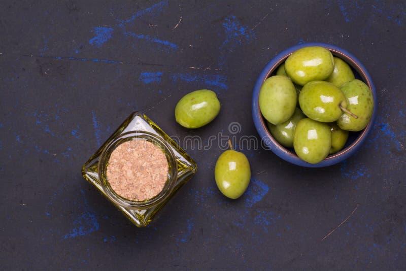 Aceitunas frescas con aceite de oliva pura imagen de archivo