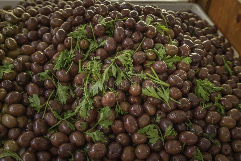 Aceitunas negras deliciosas frescas de un mercado local de los granjeros en Sicilia fotografía de archivo libre de regalías
