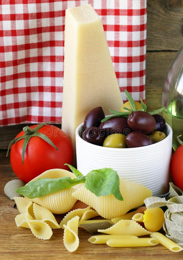 Aceitunas, queso parmesano, tomates y albahaca fotografía de archivo