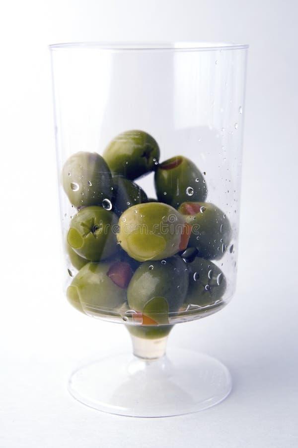 Aceitunas verdes en un vidrio imagen de archivo libre de regalías