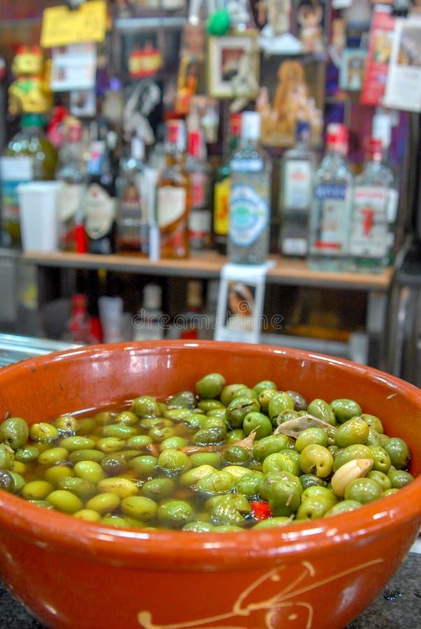 Aceitunas verdes españolas con el aceite y el ajo, Sevilla, Andalucía, España imagenes de archivo