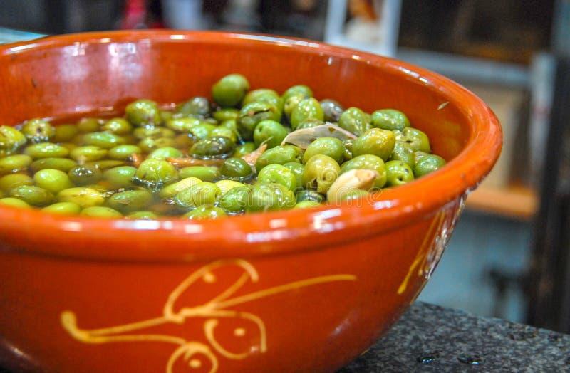 Aceitunas verdes españolas con el ajo, Sevilla, Andalucía, España fotografía de archivo