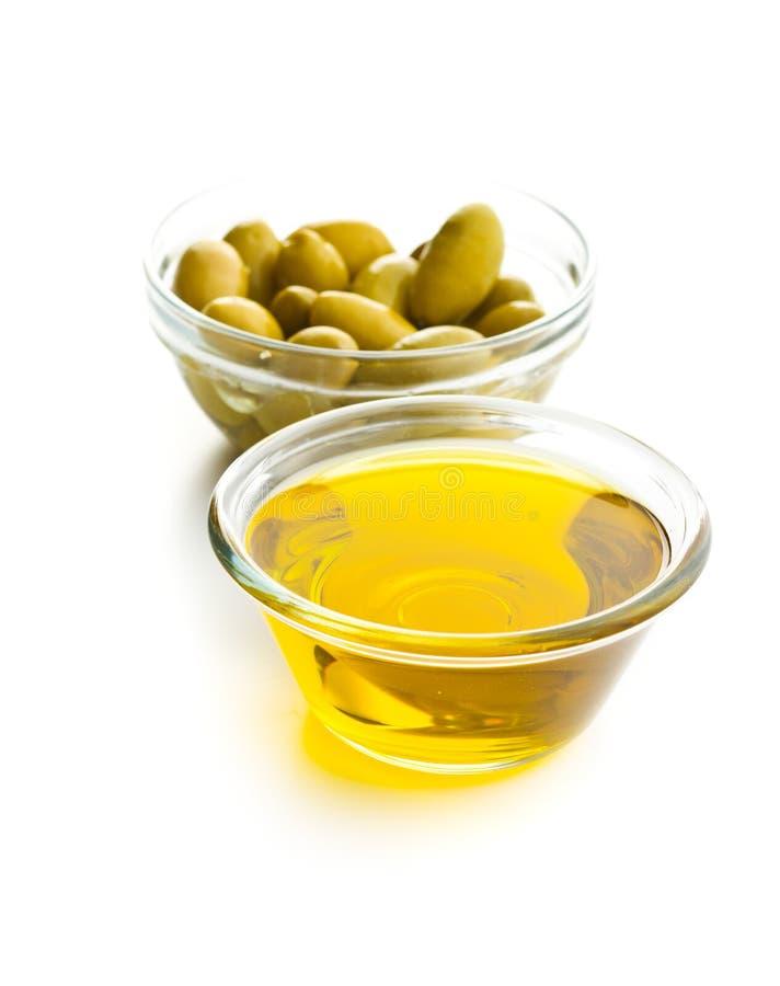 Aceitunas verdes y aceite de oliva en bol de vidrio fotos de archivo libres de regalías