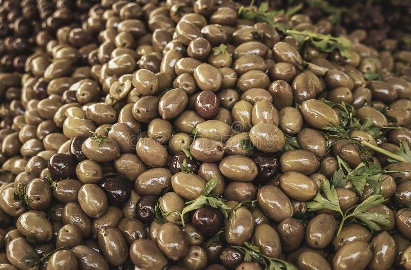 Aceitunas verdes y negras deliciosas frescas de un mercado local de los granjeros en Sicilia foto de archivo