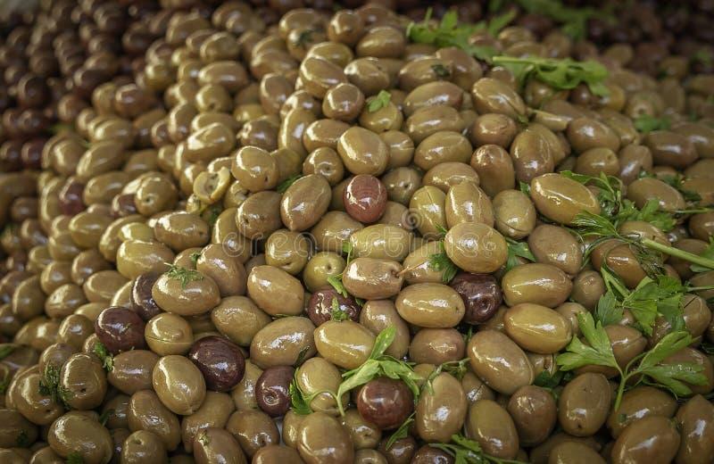 Aceitunas verdes y negras deliciosas frescas de un mercado local de los granjeros en Sicilia imagen de archivo