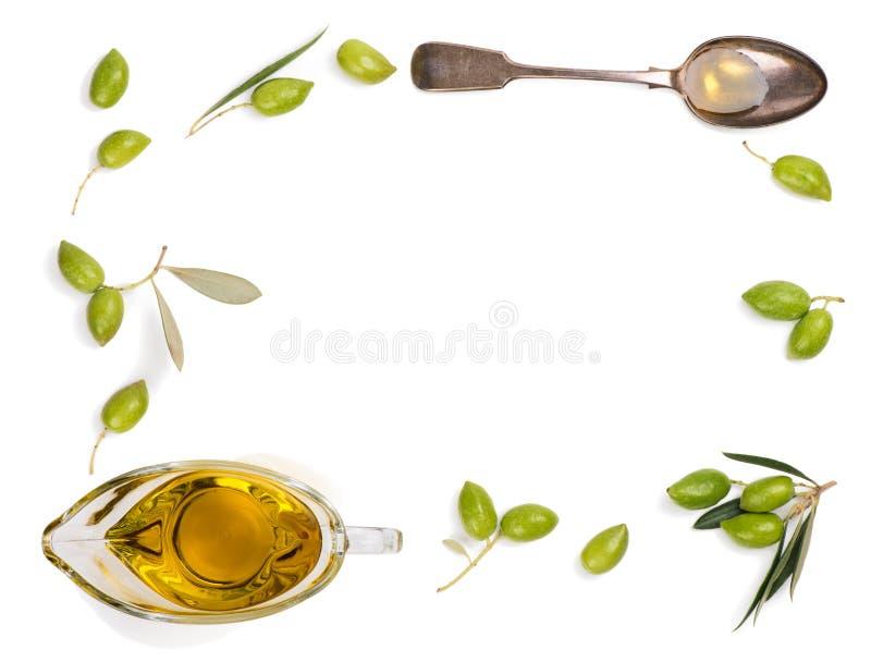 Aceitunas y aceite de oliva crudos, visión superior fotografía de archivo libre de regalías