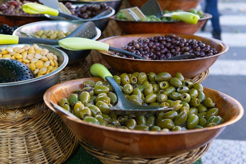 Aceitunas y verduras conservadas en vinagre en venta en el mercado al aire libre imágenes de archivo libres de regalías