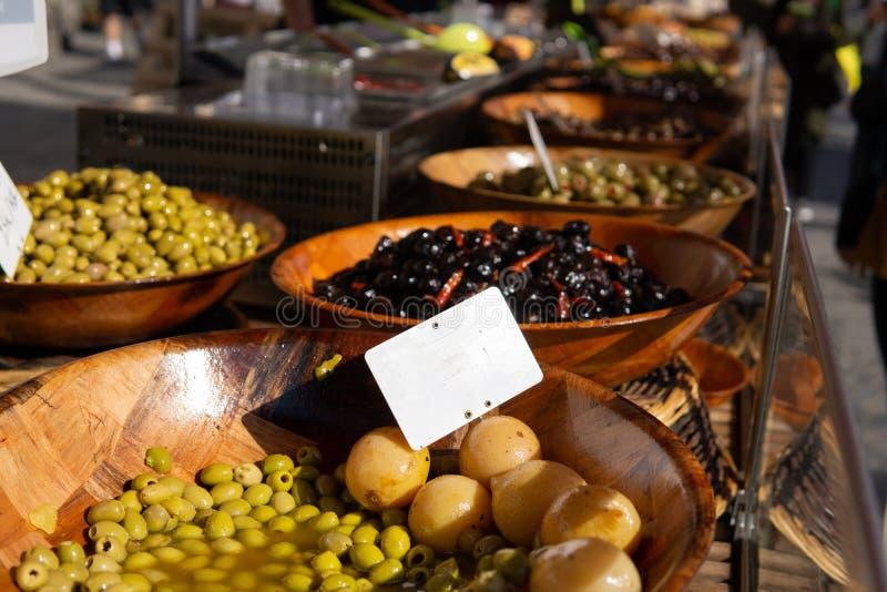 Aceitunas y verduras conservadas en vinagre en venta en el mercado de los granjeros foto de archivo libre de regalías