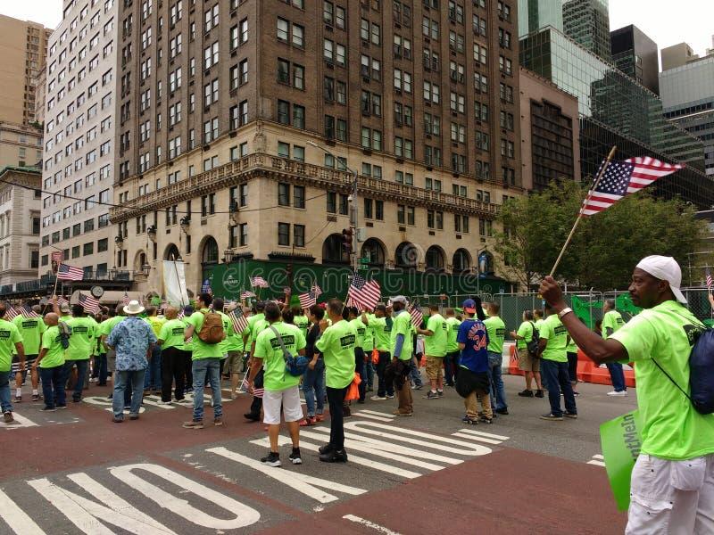 Acenando a bandeira americana, parada do Dia do Trabalhador de New York City, NYC, NY, EUA foto de stock royalty free