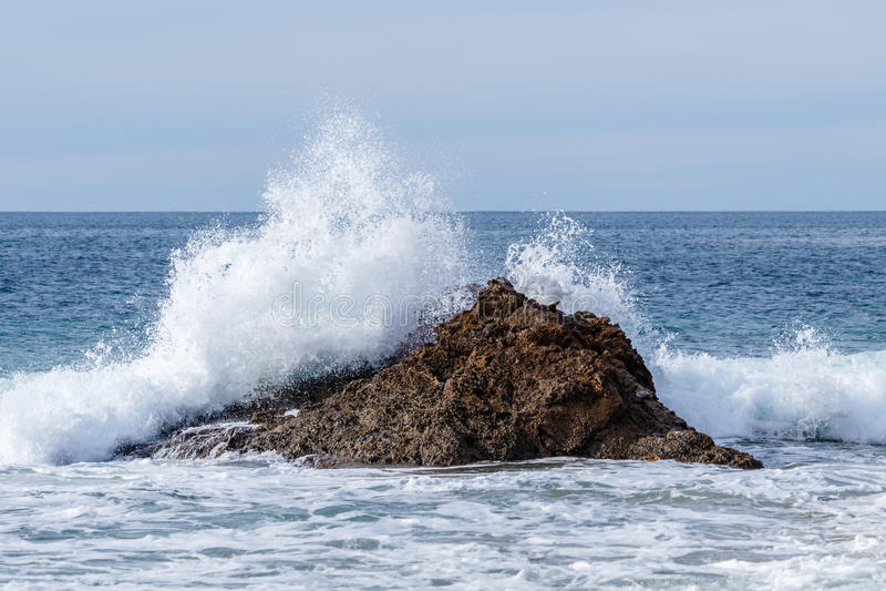 Acene deixar de funcionar na rocha a pouca distância do mar na costa de Califórnia fotografia de stock