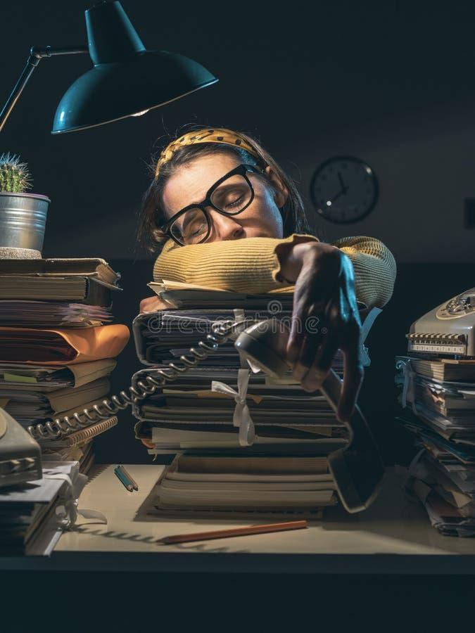 Acentuada mujer de negocios exhausta durmiendo en un montón de papeleo fotos de archivo libres de regalías