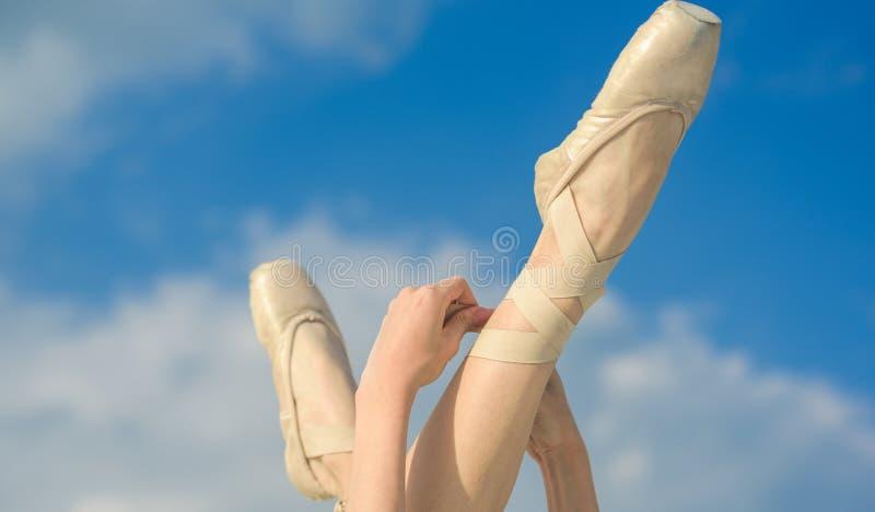 Acentuando a beleza Deslizadores do bailado Sapatas da bailarina Pés da bailarina em sapatas de bailado Pés em sapatas do pointe  fotografia de stock royalty free