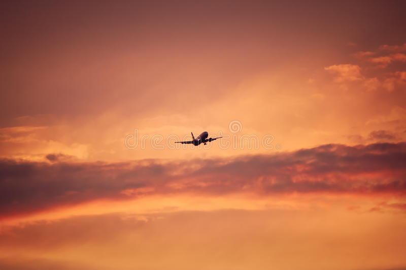 Acepille el vuelo sobre el cielo rojo fotos de archivo