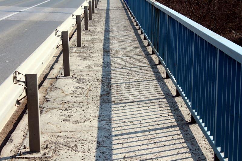 Acera del puente con la barandilla y la cerca imagen de archivo