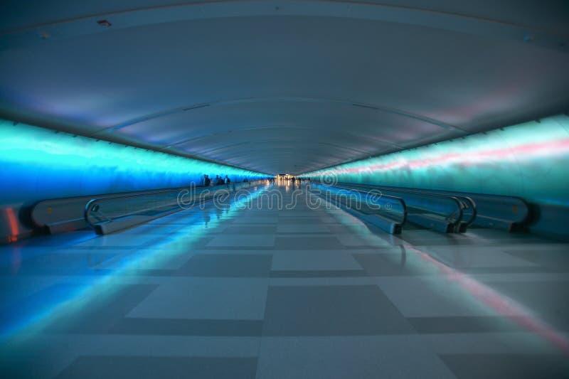 Aceras móviles y una demostración ligera cambiante en el túnel del aeropuerto de Detroit, Detroit, Michigan fotografía de archivo