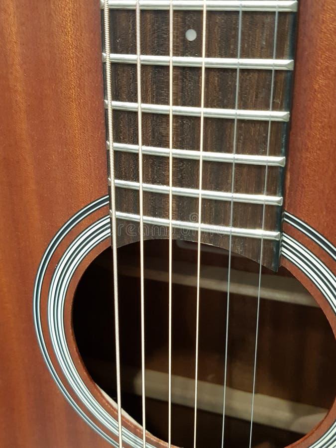 acercamiento de la caja de sonidos de una guitarra acústica, de un instrumento musical, de un fondo y de una textura fotos de archivo libres de regalías
