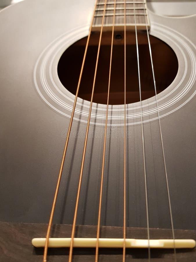 acercamiento de la caja de sonidos de una guitarra acústica, de un instrumento musical, de un fondo y de una textura imagen de archivo libre de regalías