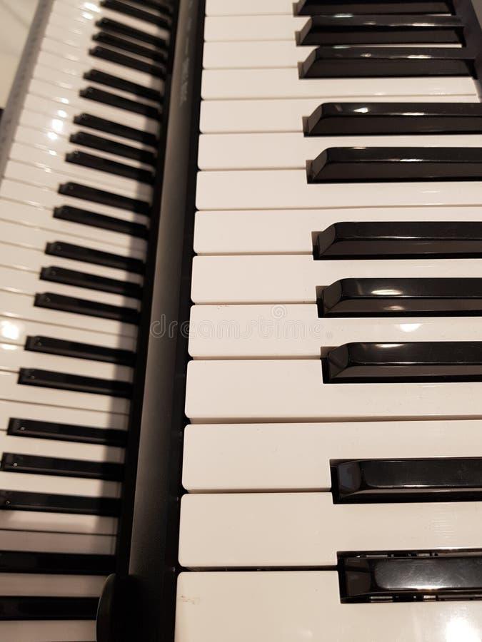 acercamiento de un teclado, de un fondo y de una textura musicales imagen de archivo