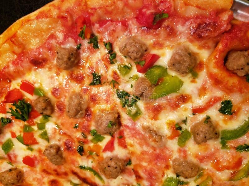acercamiento a la pizza de la carne con pimientas y queso derretido, comida italiana tradicional, fondo y textura imagen de archivo libre de regalías