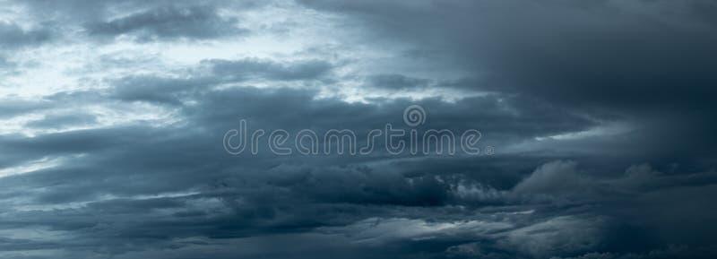 Acercamiento oscuro dramático de las nubes de tormenta fotos de archivo libres de regalías