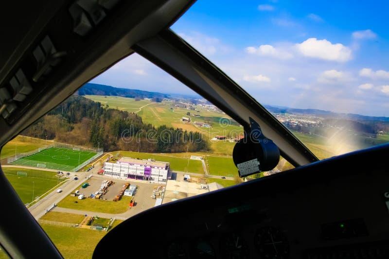 Acercamiento para la visión de aterrizaje desde la ventana de cabina de la carlinga del aeroplano fotografía de archivo