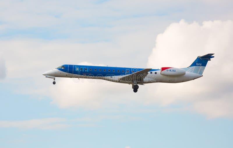 Acercamiento y aterrizaje de Embraer Flybmi imagen de archivo libre de regalías