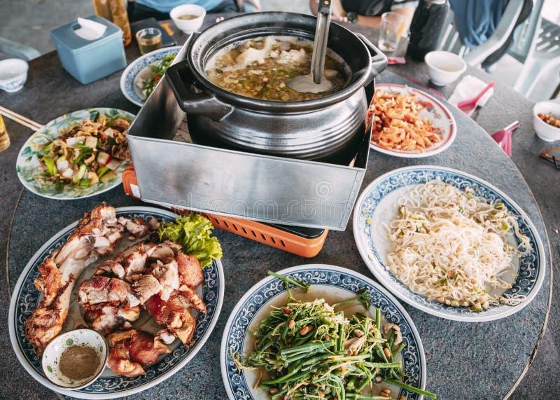 Acercar la comida china en la mesa del restaurante fotos de archivo