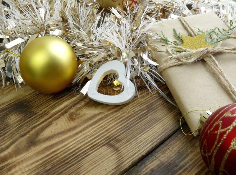 Acercar la decoración navideña con regalo, baubles y mejillones sobre fondo de madera fotos de archivo libres de regalías