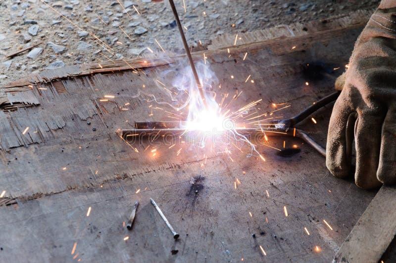 Acero de Welding Sparks del soldador en fábrica foto de archivo libre de regalías